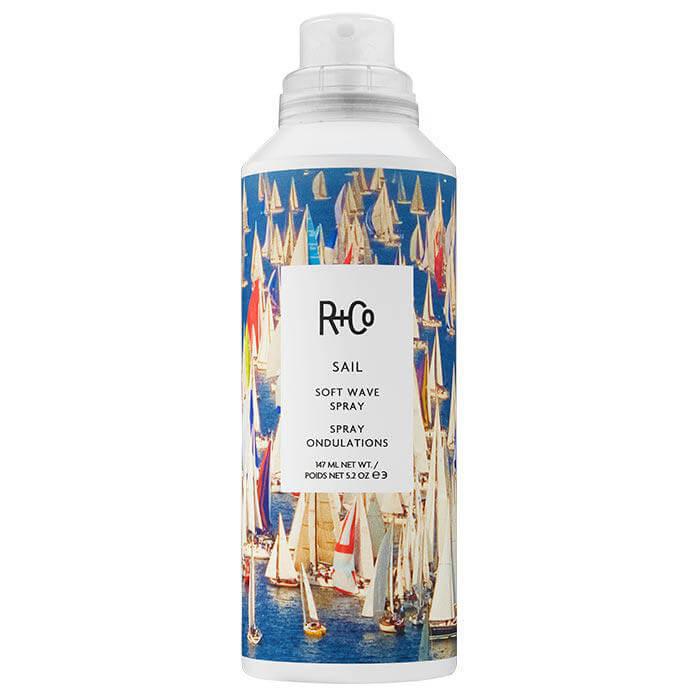 R+Co Sail Soft Wave Spray (147ml) ryhmässä Hiustenhoito / Muotoilutuotteet / Suolasuihkeet at Bangerhead.fi (B025874)
