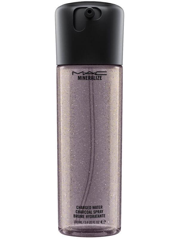 MAC Cosmetics Mineralize Charged Water Charcoal Spray (100ml) i gruppen Hudvård / Ansiktsvatten / Fuktspray & mist hos Bangerhead (B041951)